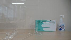 消毒液とアクリル板